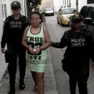 Momento en que la mujer era trasladada a la carcel de San Diego por parte uniformadas del Gaula |  Lorena Henríquez