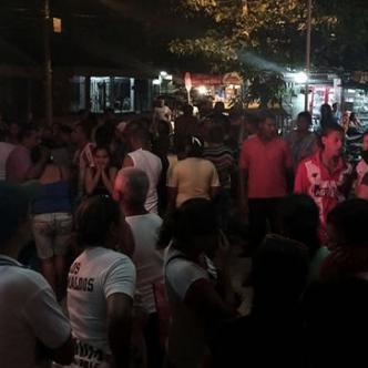 Familiares y vecinos llegaron anoche al Camino de Simón Bolívar para conocer el estado de salud de los menores heridos   Al Día