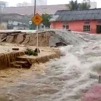 Aunque han sido visitados por la empresa de prevensión y desastres, los vecinos del barrio dicen que no han tenido una solución rápida | EL HERALDO