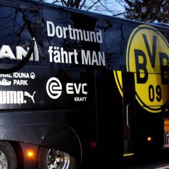 El bus fue objetivo de tres explosiones que hicieron estallar un cristal en la parte trasera del vehículo | AFP - Patrik Stollarz