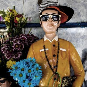 El aspecto de estas imágenes hechas en yeso es caricaturesco, los muestra con armas, gorras y lentes | ALDÍA