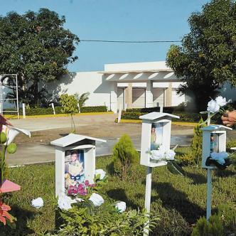 Los dolientes aprovecharon para cambiarles las flores a los pequeños fallecidos hace 3 años   José Puente Sobrino