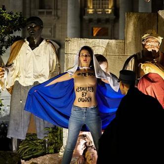 """Se apoderó de la estatuilla del niño Jesús gritando en inglés """"¡Dios es mujer!""""   AFP"""