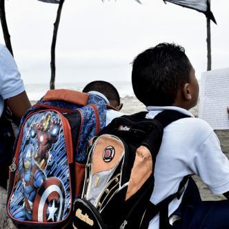 Cerca de 200 niños entre las dos jornadas les ha tocado salir con las sillas sobre sus cabezas para dar clases en un rancho de palma | ALDÍA