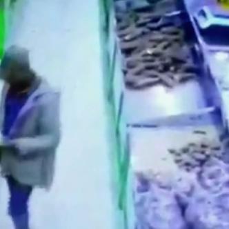 El hombre salió del establecimiento, no obstante, el dueño fue a confrontarlo | Captura