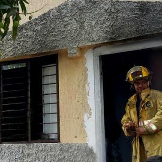 La mujer prendió fuego a la casa con tres personas dentro de ella. | Tomado de: RCN.