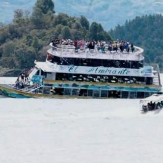 La nave 'El Almirante', de cuatro cubiertas, se hundió en la tarde en el embalse, a unos 68 kilómetros de Medellín | Captura de video