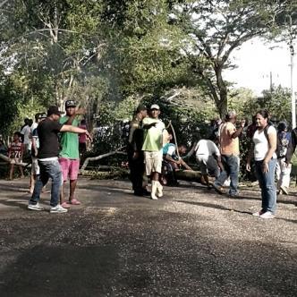 Entre las 8:00 de la mañana y las 12:00 del mediodía de ayer algunos pobladores de Aguas Negras bloquearon la vía