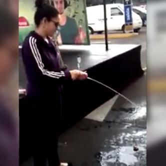 La mujer no tiene ningún temor en arrojar varias cajas de jugo al piso   Foto: Captura de pantalla