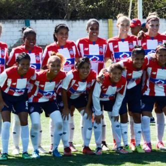 Gran parte del plantel de jugadoras del equipo femenino de Junior en el estadio de Puerto Colombia   Luis Felipe De la Hoz