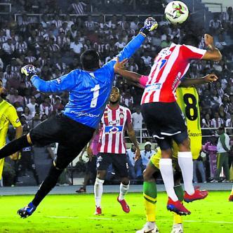 El portero Nelson Ramos sale a cortar un centro en su área en un acción del juego en que anoche igualaron 0-0 Junior y Bucaramanga por la novena fecha de la Liga Águila I 2019. El guardameta payanés fue la figura.