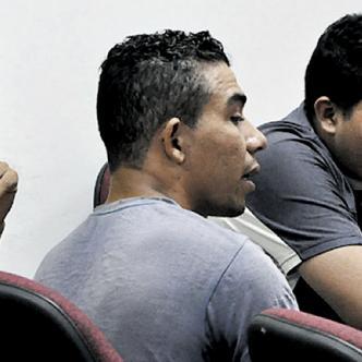 Javier Darío, de gris, aceptó su participación en el homicidio; Ismael, de amarillo, no se allanó a los cargos y afronta un juicio. Álvaro Tapias, al fondo, amigo de los Medina, también intervino en el crimen. | EL HERALDO