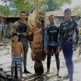 Los buzos Gerson Ariza, Kevin Viloria y Danilo Santiago muestran el mero pescado. | ALDIA.Co
