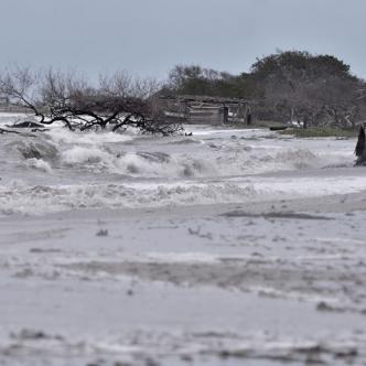 El mar de leva inundó la playa de Riohacha desde temprano y así se mantenía ayer en horas de la tarde.