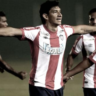 Ovelar (centro) celebra su tanto junto a sus compañeros en el triunfo 2-0 ante el Blooming | Cortesía El Deber