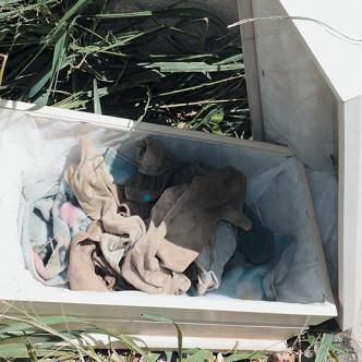 Solo unos trapos quedaron en la urna donde estuvo el cuerpo.   Foto: AL DÍA