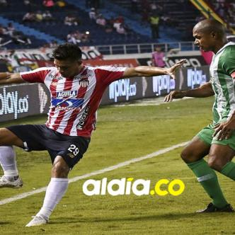 Teófilo (izq.) intenta aguantar la marca del defensor samario Alexis Henríquez, de Atlético Nacional.