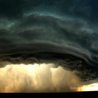 Que un vendaval adquiera la temible forma de embudo no lo hace un tornado. La diferencia radica en la velocidad de los vientos y la intensidad del sistema de baja presión.