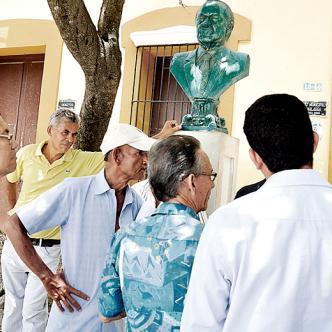Hombres se reúnen a las afueras de la acaldía municipal de Sabanalarga, donde está la comisaria de Familia.   AL DÍA
