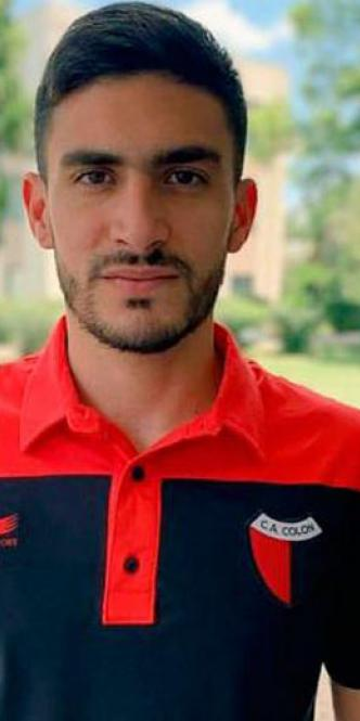 Guillermo Celis con la camiseta de Colón de Argentina.