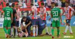 Momento en el que el defensor barranquillero Jefferson Gómez es atendido por el médico del Junior en el duelo ante Nacional. | Hánsel Vásquez