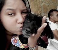 Andrea Cuentas junto a su perra 'Princesa' |  Cortesía