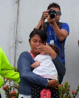 Wendy María Castro Betancourt cargando a su hija.   Al Día