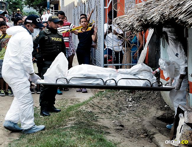 Funcionarios del CTI de la Fiscalía realizaron la inspección técnica al cadáver en medio de varios curiosos que llegaron hasta el sitio de los hechos. | AL DÍA