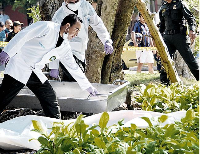 Personal de la Sijin ultima las diligencias de levantamiento de cadáver, del curioso suicidio de la mañana de ayer   Foto: Al Día
