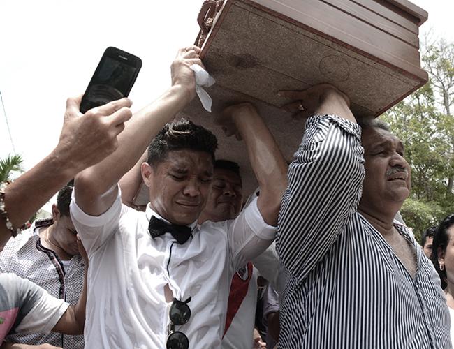 Teo carga, entre lagrimas, el ataúd de su abuela camino al cementerio. | Foto: Charlie Cordero