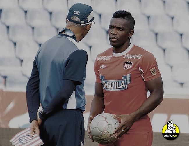 El entrenador Alexis Mendoza ayer dialogando con el delantero Édinson Toloza en la práctica en el Metropolitano. | Carlos Cordero