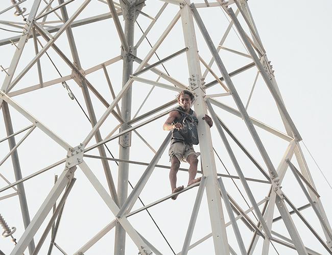 El hombre tras dialogar con vecinos del sector decidió bajarse de la torre eléctrica a cambio de una pizza. | Foto: AL DÍAEl hombre tras dialogar con vecinos del sector decidió bajarse de la torre eléctrica. | Foto: AL DÍA
