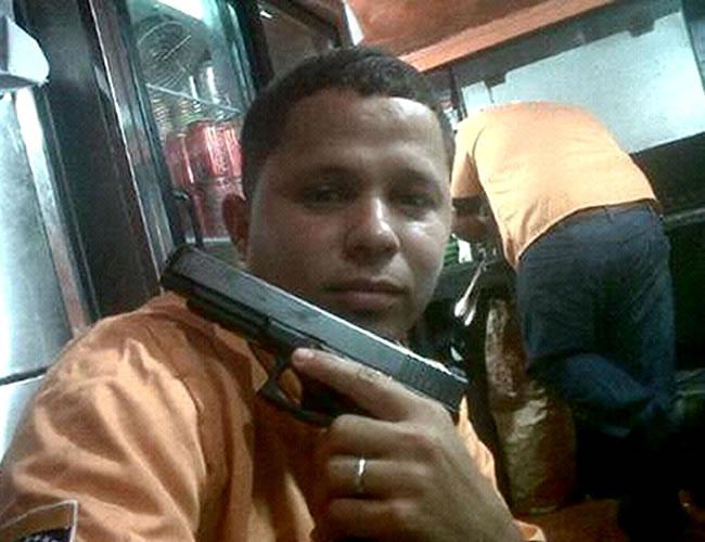 A Steven Sabogal Jiménez le gusta alardear posando con armas de fuego en las redes sociales, especialmente Facebook | Foto: Facebook