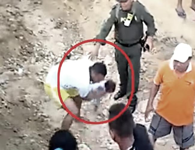 El papá de esta menor no dudó en tirarla al piso para seguir peleando. | Foto: YouTube