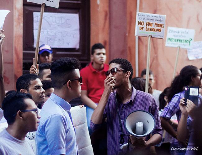 Los estudiantes de la Universidad de Cartagena exigen mejores profesores de idiomas y que se incluya en el pénsum la segunda lengua, pues el 90% no pasa el examen y el 10% pasa raspando.   Ronny Jose Alvarez Torres