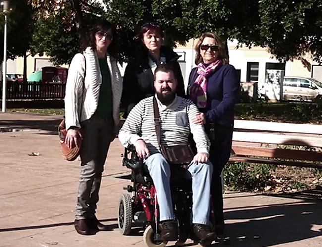 Abrahán Guirao permanece en silla de ruedas debido a la malformación genética de su familia |Foto: Captura de pantalla