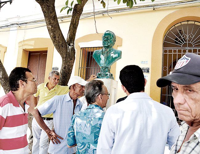 Hombres se reúnen a las afueras de la acaldía municipal de Sabanalarga, donde está la comisaria de Familia. | AL DÍA