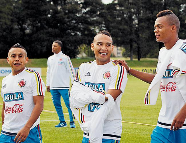 El mediocampista Vladimir Hernández junto a su compañero en Junior Jarlan Barrera y dos de los los jugadores convocados a la Selección Colombia | Foto: EFE