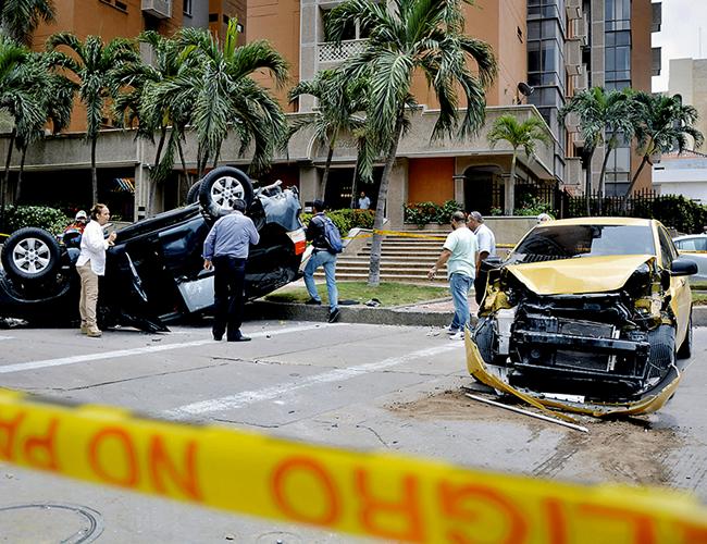 La camioneta blindada Toyota Prado TXL, de placas KFV 636, se habría volado la escuadra por lo que el taxi Kia Picanto Ion lo chocó e hizo que se volcara. | César Bolívar - ALDI
